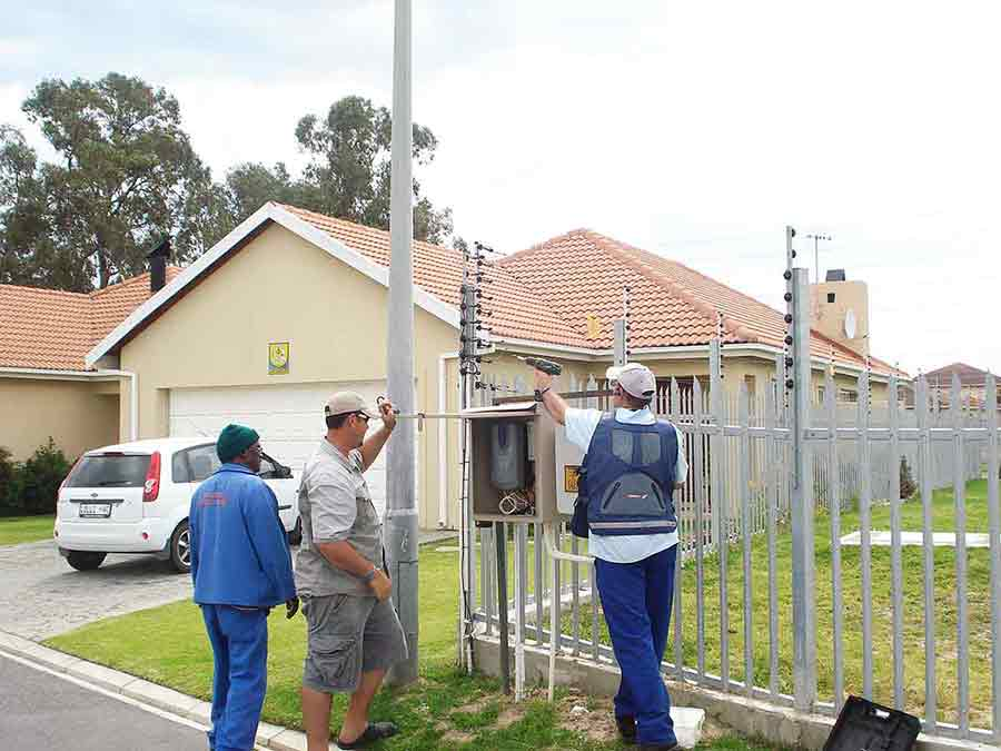 free standing electric fence inspection zoom in